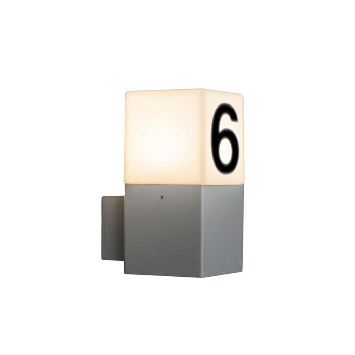 Moderne-Außenwandleuchte-grau-IP44-mit-Hausnummer---Dänemark